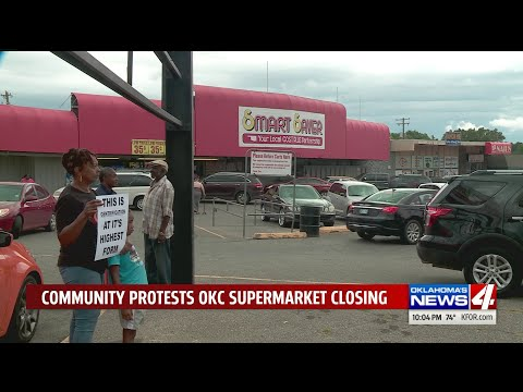 Residents protest closing of Smart Saver grocery store