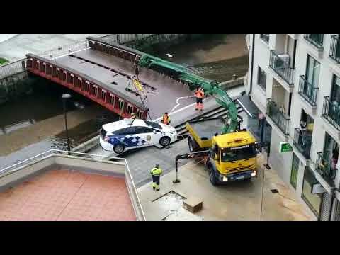 Retiran un coche da Policía que 'encallou' nunha pasarela peatonal en Vilagarcía