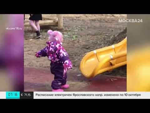 Детскую горку установили в парке на куче грязи