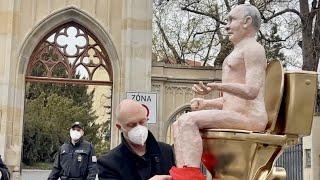 Кукла Путина на унитазе возле посольства России в Праге