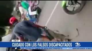 Un falso discapacitado pide limosna en calles de Bogotá