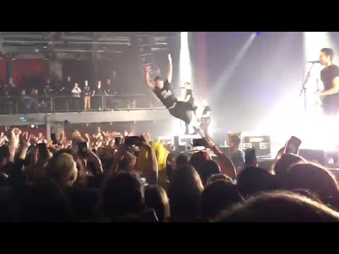 Grow Up - Simple Plan/Chuck stage diving/Pierre on drums.