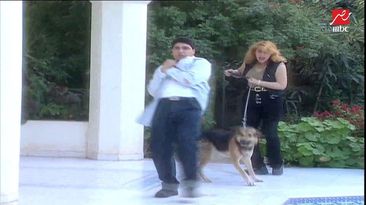 """كلب نادية الجندي """"يعض"""" ممدوح موسى ويمزق ملابسه قبل إجراء حوار معها في المنزل"""