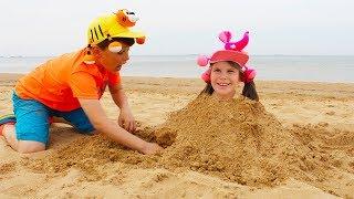 Adriana y Ali juegan divertidos en la playa
