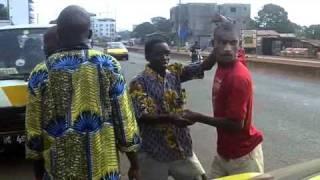 Conakry- Un passant gifle un chauffeur.flv