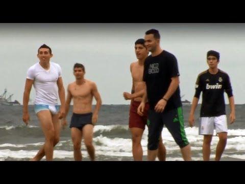 Los jugadores de México hacen una 'Cascarita' en la playa