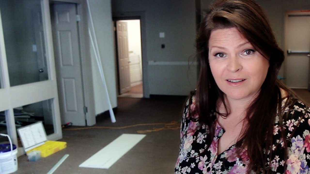 Suzie\'s New Nail Studio - The Reno Begins - YouTube