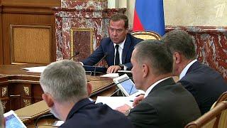 Дмитрий Медведев поручил представить к наградам экипаж, совершивший посадку пассажирского самолета.