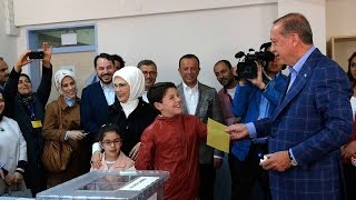 Erdogan votes in Turkey referendum