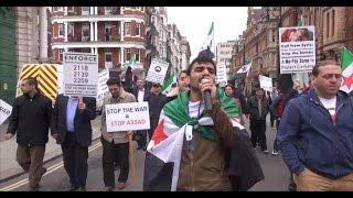 سوريون يصلون إلى مكان إقامة رئيسة الوزراء البريطانية ويفاجؤون الشارع اللندني بتحركاتهم - هنا سوريا
