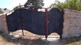 Вариант исполнения ворот с калиткой для частного дома   волнообразно