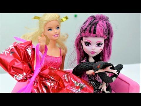 Игры для девочек с куклами #МОНСТЕР ХАЙ и #БАРБИ. Жизнь Барби и школа монстров. Новогодние подарки