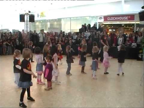 Uta Albanese Ihre Tanzarena-Kids mit dem Pinguin - Cha Cha.VOB