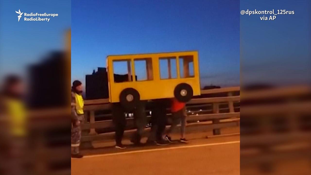 מחאה מקורית ברוסיה לחסימת גשר להולכי רגל
