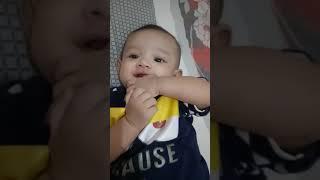 Bayi ngemut jari
