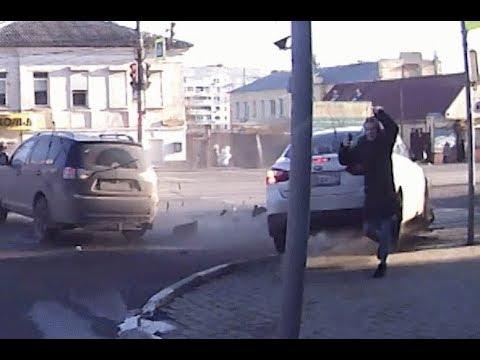 Se salva de milagro de ser atropellado tras un choque de autos