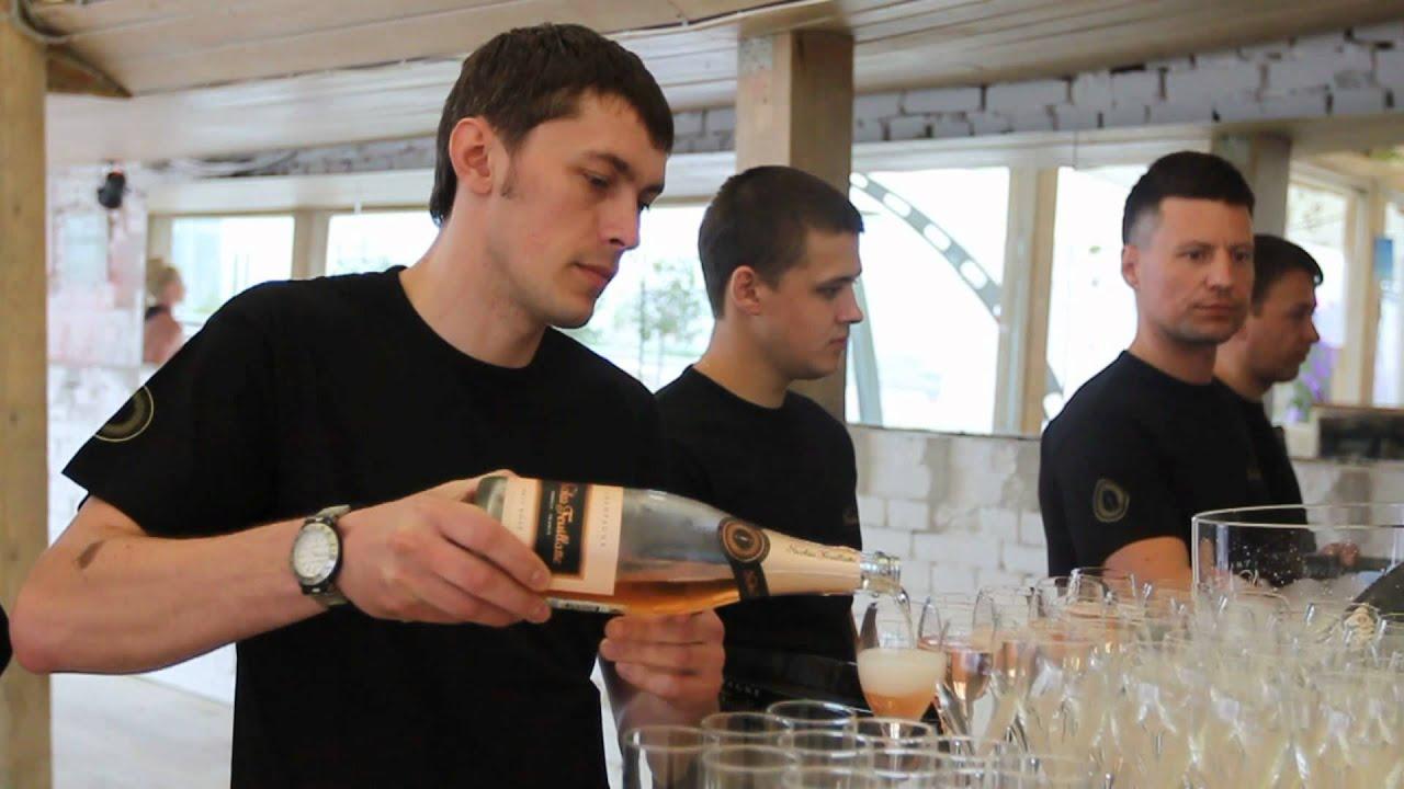 История марки moet chandon берет начало в 1743 году, когда клод моэт ( 1683-1760) начинает экспортировать вино из шампани в париж. В 1794 году его внук жан-реми моет приобрел аббатство hautvillers, где монах дом периньон изобрел шампанское. В 1832 году к фамилии моет в названии фирмы.