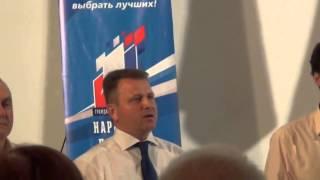 Владимир Ефимов старательно на камеру поёт гимн