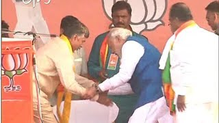 Narendra Modi Invites Chandra Babu To Sit Beside Him In Mahabubnagar Meet
