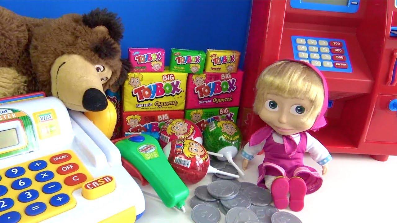 Maşa alışverişte oyuncak ATM makinesinden çektiği oyuncak para ile Big Toybox oyuncak kutusu alıyor