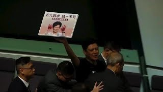 Hội Đồng Lập Pháp Hồng Kông tiếp tục náo loạn, đòi Carrie Lam từ chức