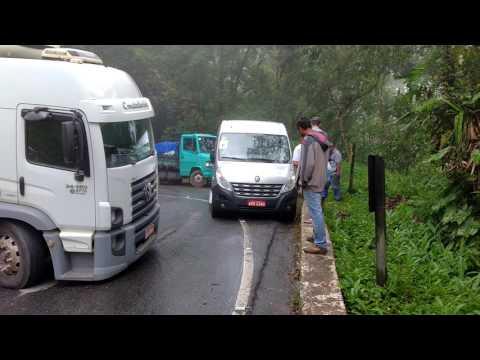 Caminhão atravessado na serra Oswaldo Cruz sentido Ubatuba
