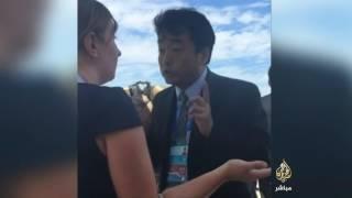 """مسؤول صيني يصرخ في وجه نظيرته الأميركية لحظة وصول أوباما: """"هذه بلادنا وهذا مطارنا"""" (فيديو)"""