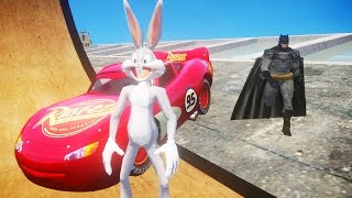Кролик Багз Банни и Бэтмен съезжают с огромного трамплина на крыше на машине Молния Маквин Тачки 2