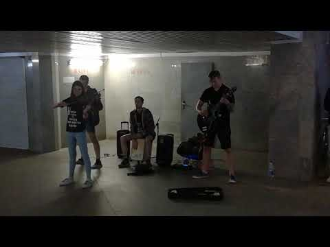 Street musicians in Minsk, Belarus / Уличные музыканты Минска BSB BAND исполняют Кино, Цой - Перемен