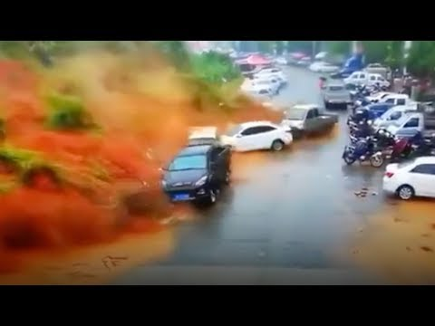 Massive landslide sweeps away parked vehicles in China