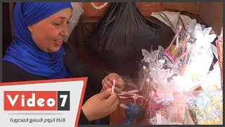 """بالفيديو.."""" أم محمود"""" باللزق وشريطة قماش ملونة تصنع أجمل هدايا السبوع"""