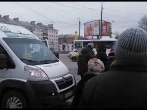 Драка маршрутчиков на Комсомольской площади в Челябинске