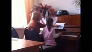 Лиза 5 лет, уроки игры на фортепиано