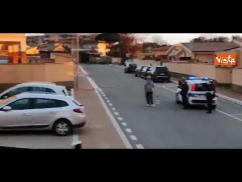 Cantano l'Inno di Mameli dai balconi, la Polizia scende dall'auto e si mette sull'attenti