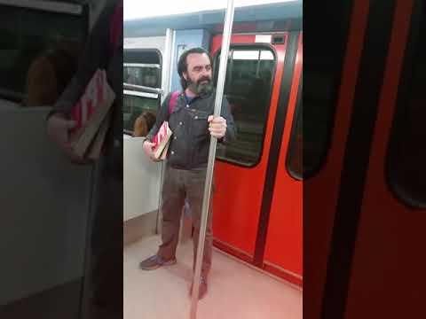 Τρελός στο μετρό βρίζει όλες τις γυναίκες και κάνει τον άγριο! Πολυ γέλιο!