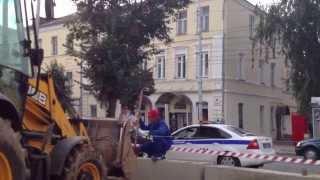 Ему угрожали!???(В Калуге на ул.Ленина, между домами 97 и 99 производилось разрытие и укладка фундаментных блоков. В соответств..., 2013-08-05T21:17:28.000Z)