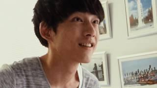 映画『君と100回目の恋』の撮影現場にて、ギターを練習している坂口健太...
