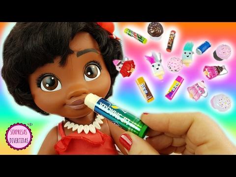 Beb茅 Moana se pinta los labios con brillos de sabores como juguetes
