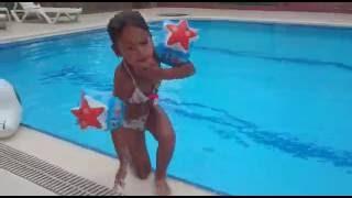 Прыжки в воду)))Игра в бассейне. Видео для детей. Игра для детей.(Привет,меня зовут Элиф. Мне 4 года. Я очень люблю гулять,посещать новые интересные места,играть. На моем кана..., 2016-06-06T21:59:57.000Z)