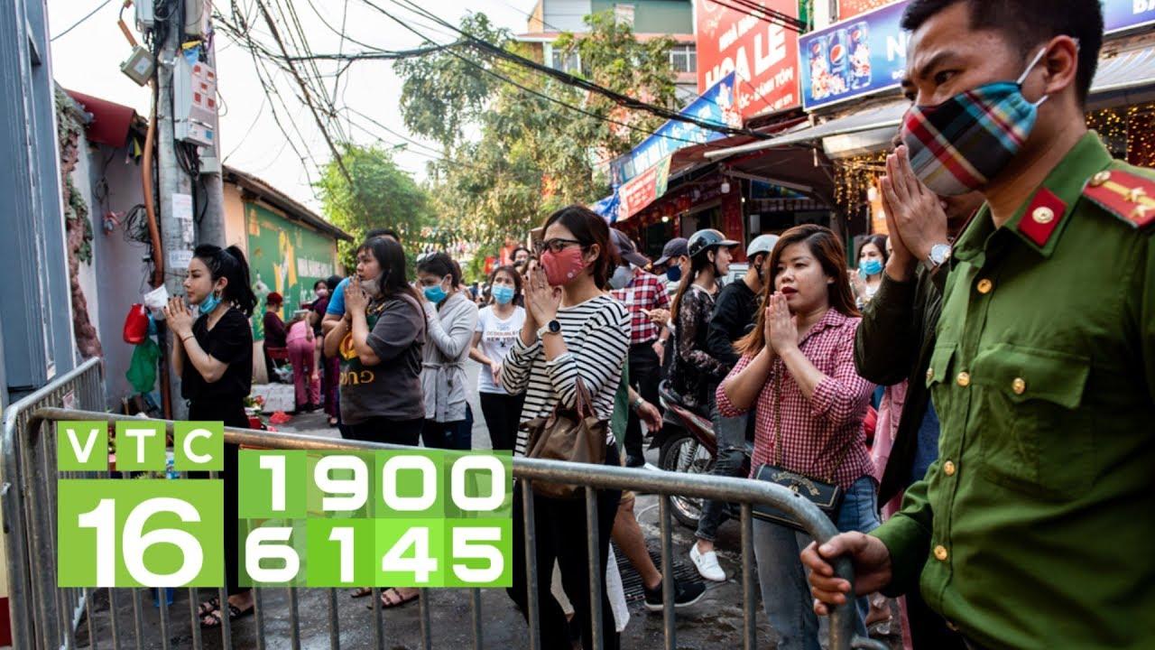 Hàng trăm người đi lễ phủ Tây Hồ: Cầu an hay rước họa | VTC16