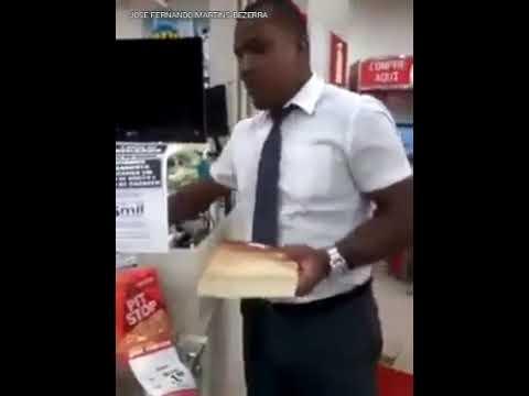 segurança-das-lojas-americanas-aborda-cliente-alegando-que-o-livro-nas-mãos-dele-é-roubado