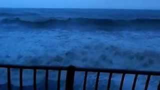А из нашего окошка - море видится немножко...за окошком плачет кошка.
