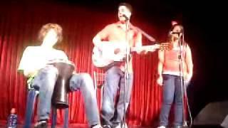 שחר חסון וסתיו על הבמה חחחחחח אחד המצחיקים