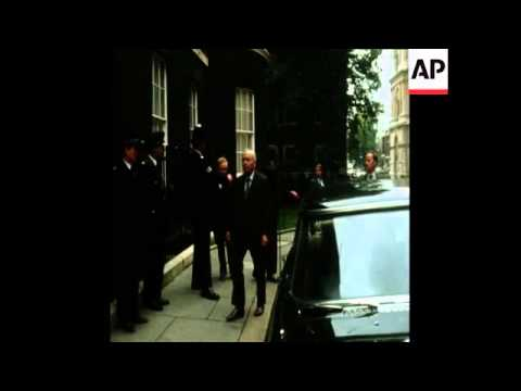 SYND 11 10 74 PRIME MINISTER HAROLD WILSON ARRIVES AT DOWNING STREET AFTER VICTORY