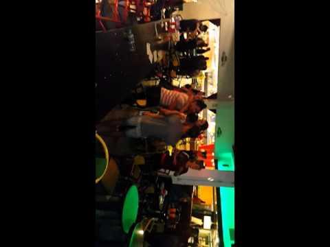 Jose luis piscitello en el cosmic bowling karaoke