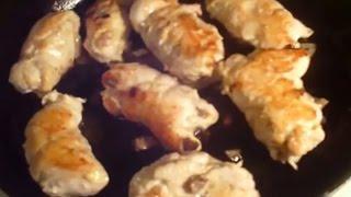 Куриные рулетики с грибами и сыром в сметанном соусе.