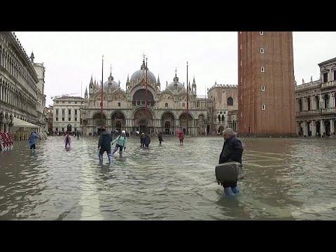 شاهد: المياه تغمر مدينة البندقية وفنادق تقدم الأحذية للسياح…  - 09:59-2019 / 11 / 13