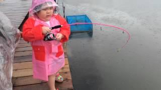 Barelang fishing pond. 6yo girl fight big grouper.