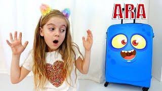 Ulya يلعب مع لعبة حقيبة الأمتعة الروبوتية الجديدة للسفر للعطلات المضحكة