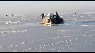 Возле острова Скребцова ушел под лед автомобиль